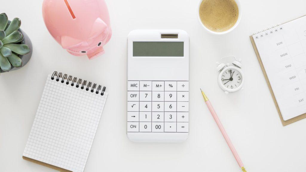 Taschenrechner mit Uhr und Sparschwein