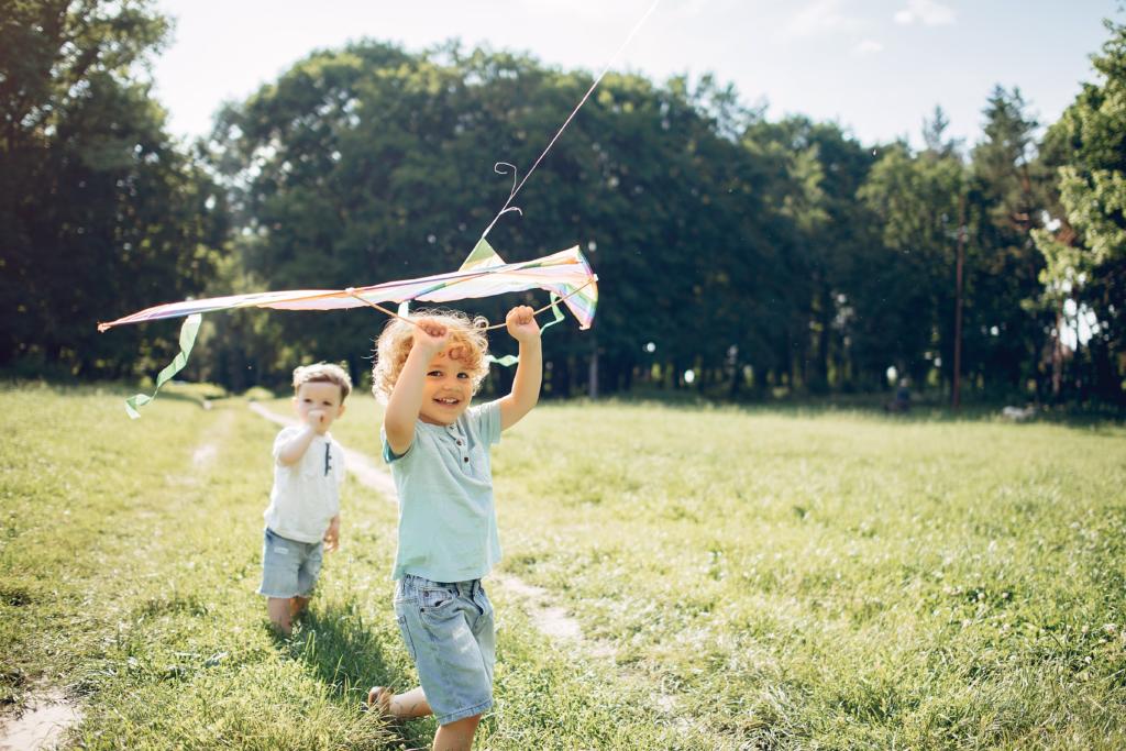 Kinder spielen mit einem Drachen