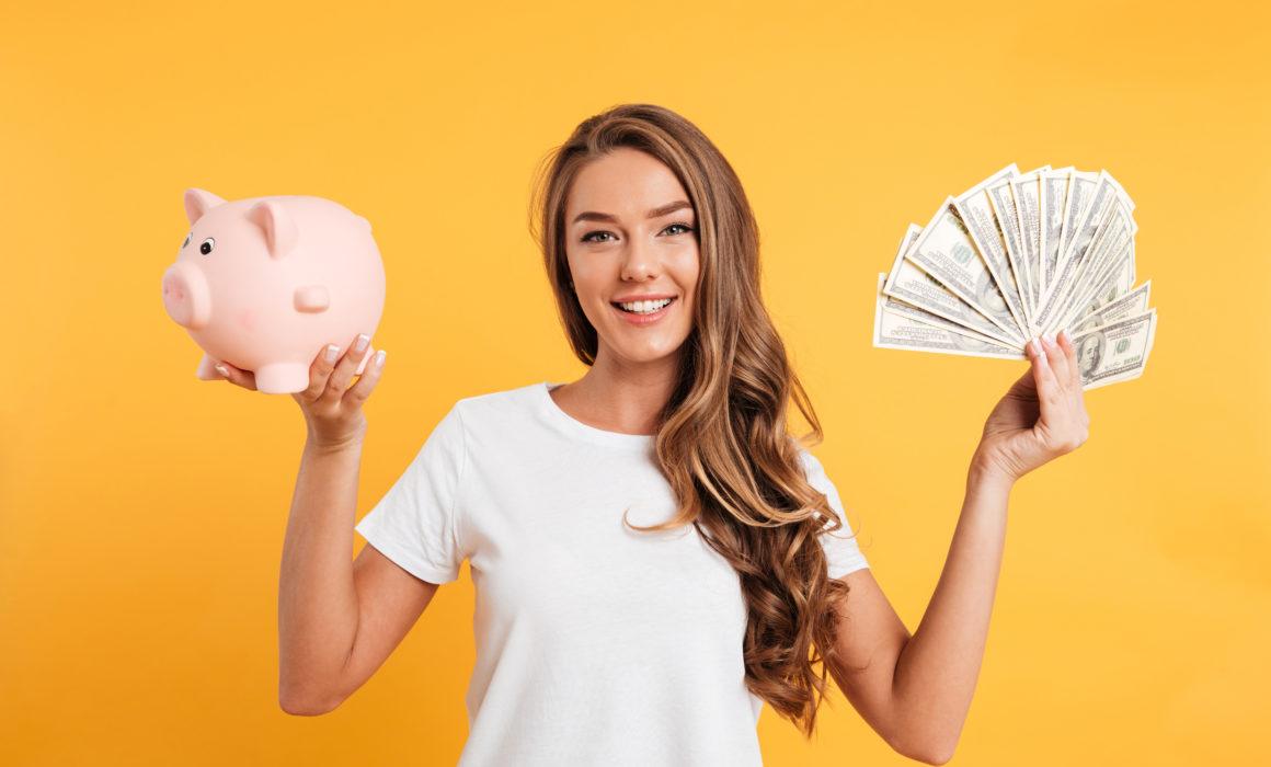 Eine Frau mit Geld und einem Sparschwein