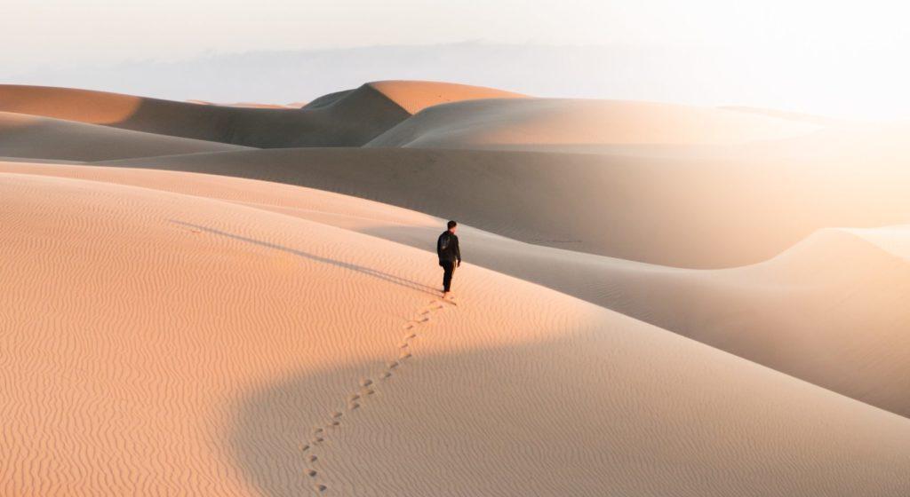 Einsamer Wanderer in der Wüste