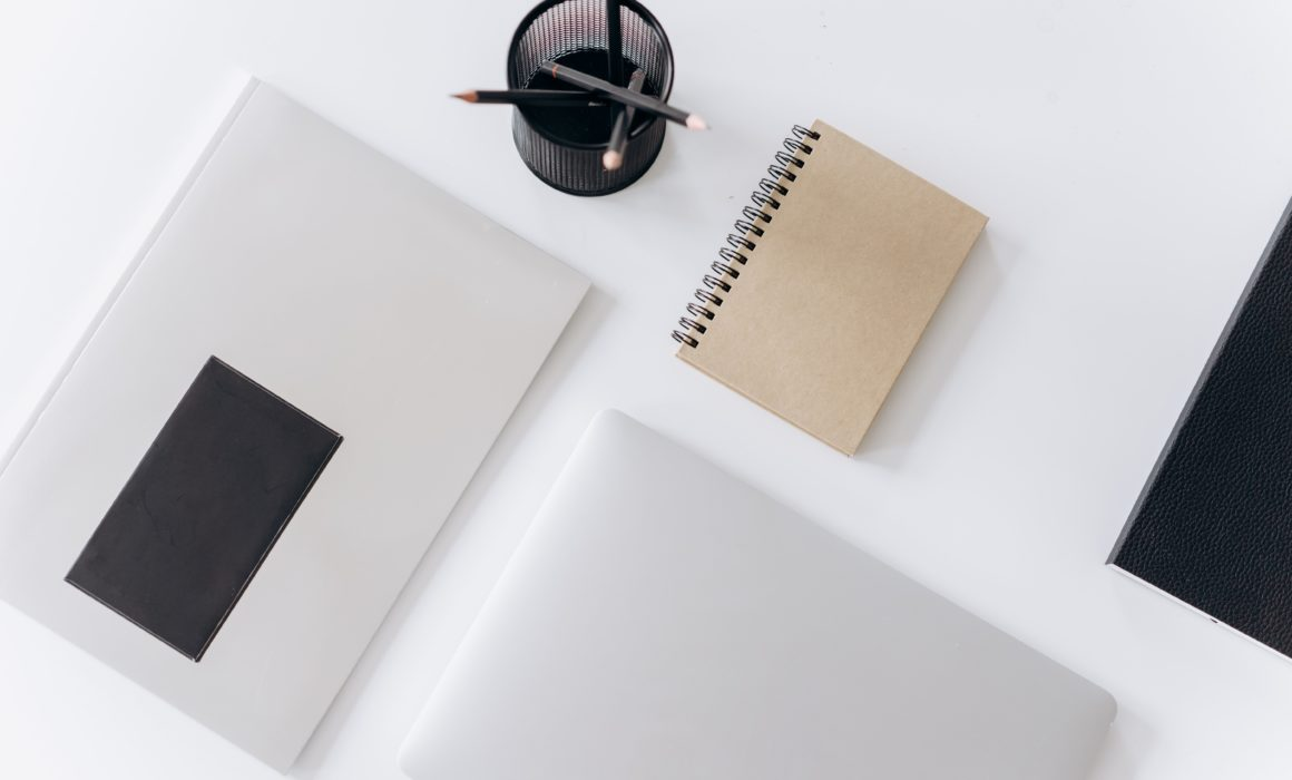 Buch | Laptop | Planer auf einem Tisch
