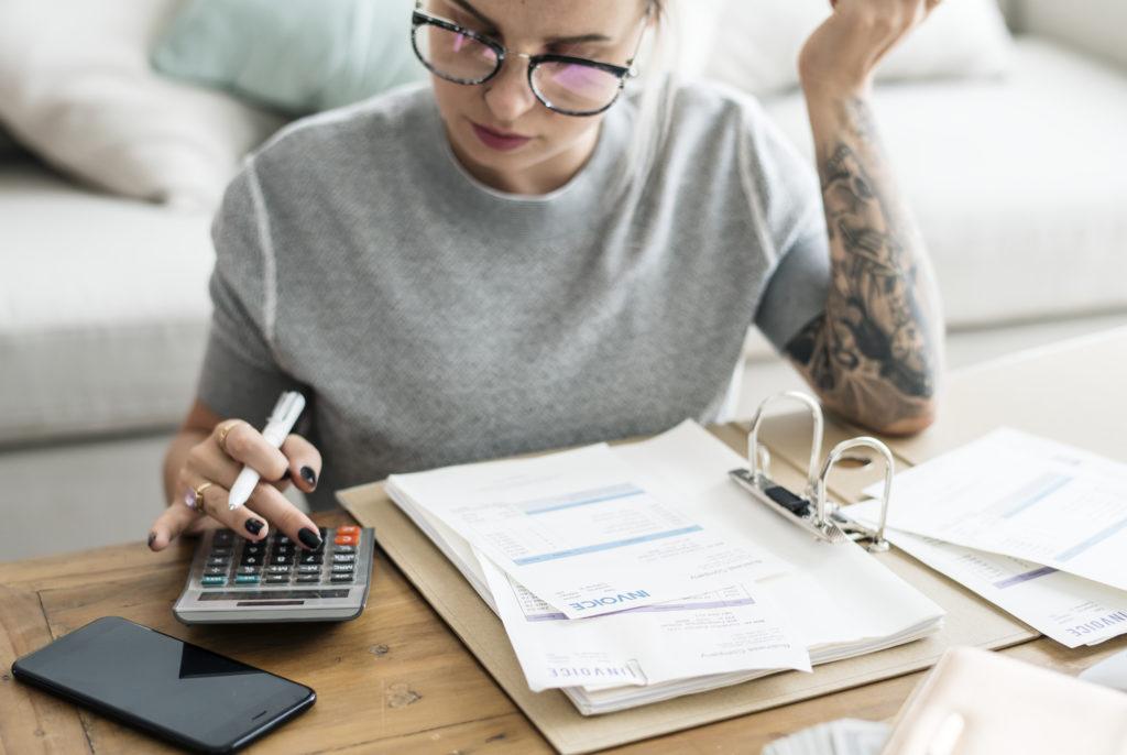 Eine Frau bearbeitet ihre Rechnungen