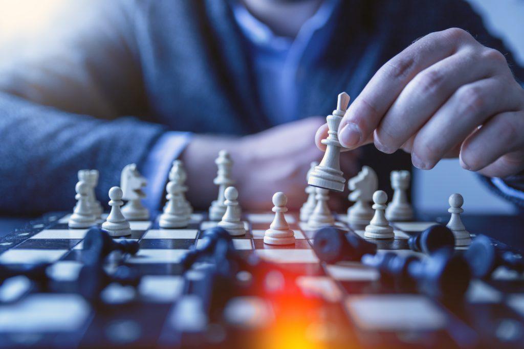 Mann spielt Schach